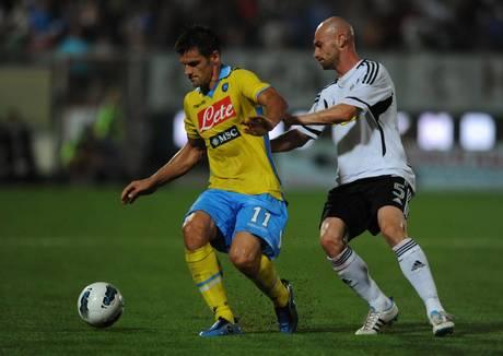 Cesena-Napoli: Christian Maggio (s) controlla il pallone -