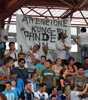 Cesena-Napoli: I tifosi del Napoli inneggiano al nuovo acquisto Pandev sugli spalti del Manuzzi -