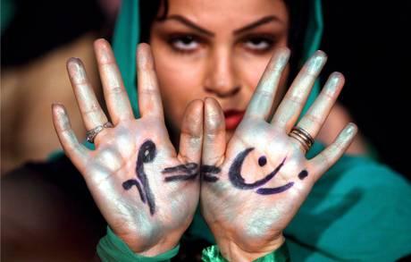 L'educazione sessuale a Teheran, a ruba dvd. Una donna di Teheran durante una manifestazione -