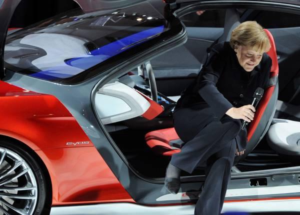 Salone auto Francoforte, Angela Merkel esce dalla Ford Evos -