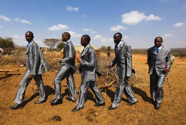 Matrimonio fra i Masai, i compagni dello sposo -