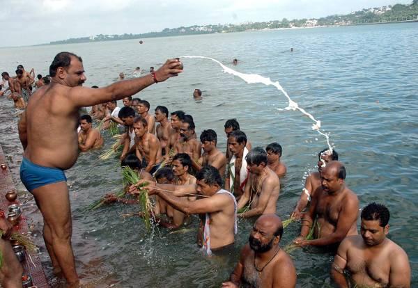 A Bhopal, India, il rituale delle offerte degli hindu