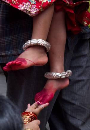 A Kathmandu, in Nepal: piedi dipinti ''chiedono'' felicita' -