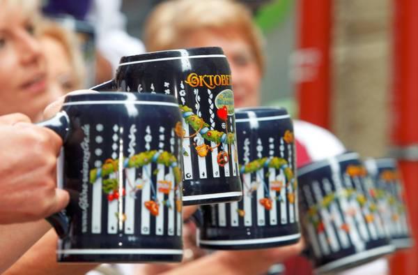 Monaco di Baviera prepara i boccali per l'Oktoberfest