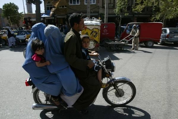 A Herat, in Afghanista, tutta la famiglia sulla stessa moto