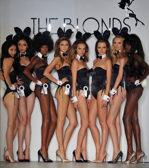 The Blond 'veste' le conigliette di Playboy