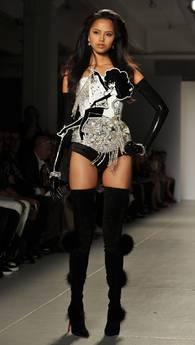 The Blond 'veste' le conigliette di Playboy -