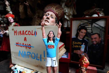 Napoli Cavani come San Gennaro -