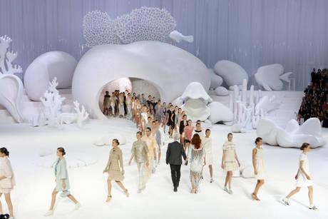 Parigi: Chanel, in un mare bianco donna di madreperla -