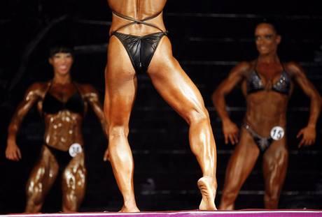 Bodybuilder competono a Bangkok, in Thailandia, per i campionati mondiali -