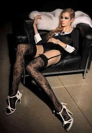 Le signore riscoprono le calze. Riecco le calze, coprenti e in pizzo -