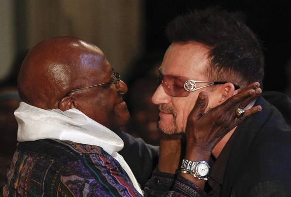 Desmond Tutu bacia Bono a presentazione libro premio Nobel -