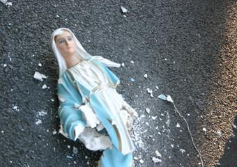 Black bloc rovinano la festa degli indignati a Roma.Una statua della Madonna di Lourdes distrutta