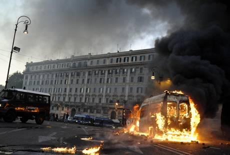 Black bloc rovinano la festa degli indignati a Roma -