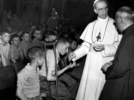 Papa Pio XII con i bimbi mutilati di guerra -