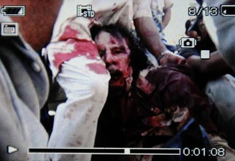 Quando muore un dittatore - Il fermo immagine del corpo senza vita di Gheddafi -