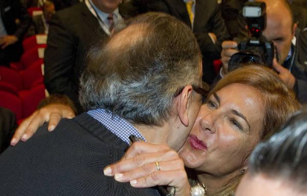 L'abbraccio tra Sergio Marchionne ed Emma Marcegaglia, al convegno internazionale 'Make it in Italy'
