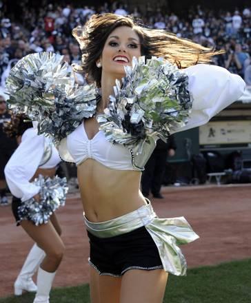 Una cheerleader degli Oakland Raiders in azione