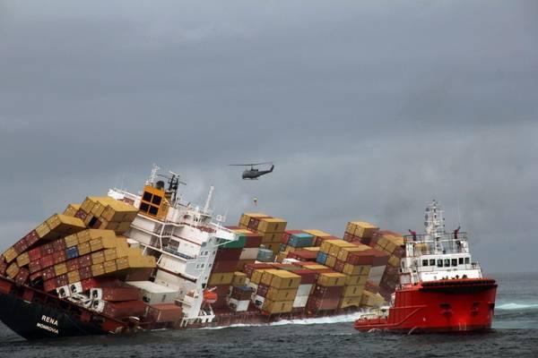 Il cargo Rena arenato con il suo carico in Nuova Zelanda, ha gia' disperso in mare 350 tonnellate di