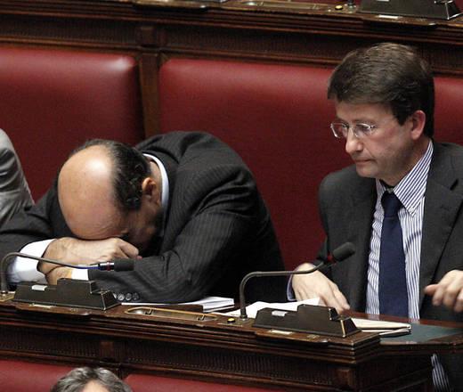 Il segretario del Pd Pierluigi Bersani dorme e il capogruppo Dario Franceschini in aula
