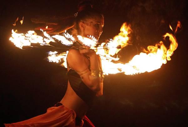 Una danzatrice russa si esibisce col fuoco in occasione di un evento culturale in India