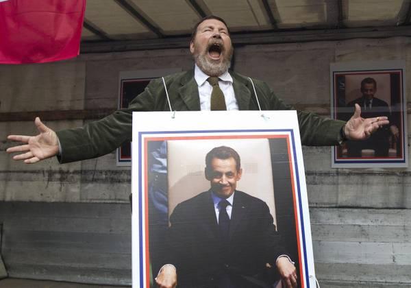 Giuliano Ferrara ride davanti all'ambasciata di Francia in risposta alle risate del premier Sarkozy