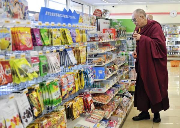 Dalai Lama visita luoghi tsunami, poi va al supermercato