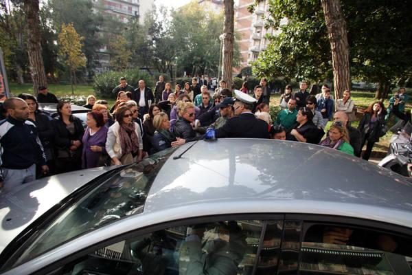 Napoli: disoccupati contestano de Magistris, bloccata auto