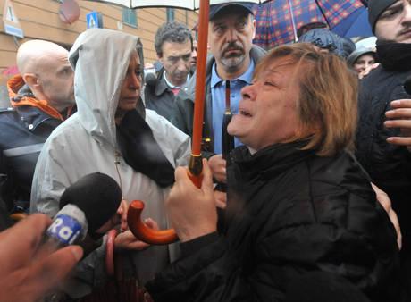 Le urla della gente contro il sindaco che non ha fatto chiudere le scuole e sono morte due bambine