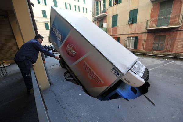 Una nuova voragine ha inghiottito questa mattina a Genova un camion