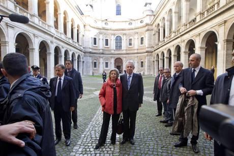 Il senatore Mario Monti con la moglie Elsa a passeggio per Roma con la scorta