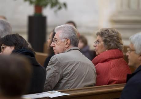 Il senatore Mario Monti con la moglie Elsa a messa a Sant'Ivo alla Sapienza a Roma