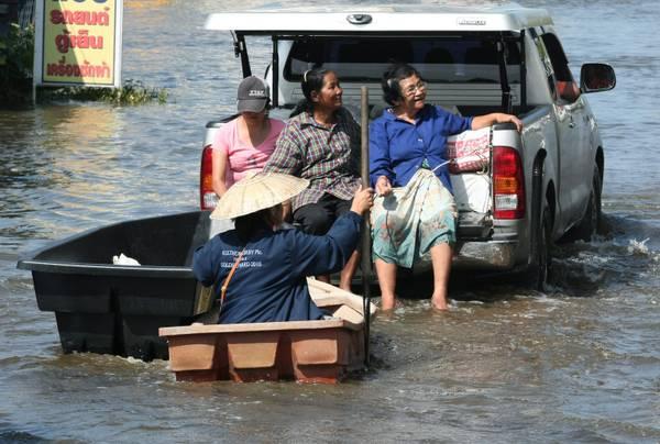 Bangkok sott'acqua, i suoi abitanti non si perdono d'animo
