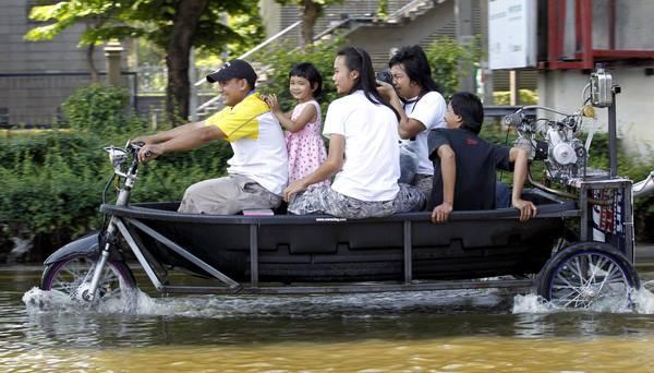 Bangkok alluvionata, si 'scoprono' nuovi mezzi di trasporto