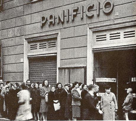 Napoli: File per il pane