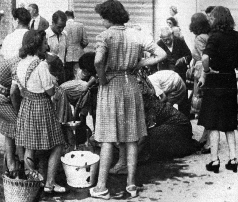 Napoli: File per il l'acqua 1940