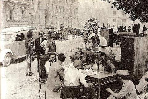 Napoli: Si mangiava per strada chi poteva 1945