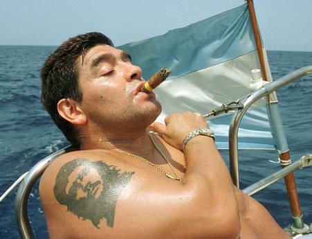 Una storica foto di Maradona col sigaro