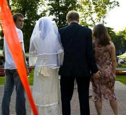 La mano dello sposo per la comara - La comara è una donna che si ha familiarità