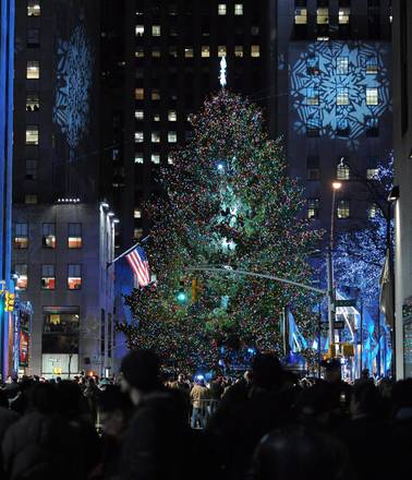 L'albero di Natale davanti al Rockefeller Center a New York
