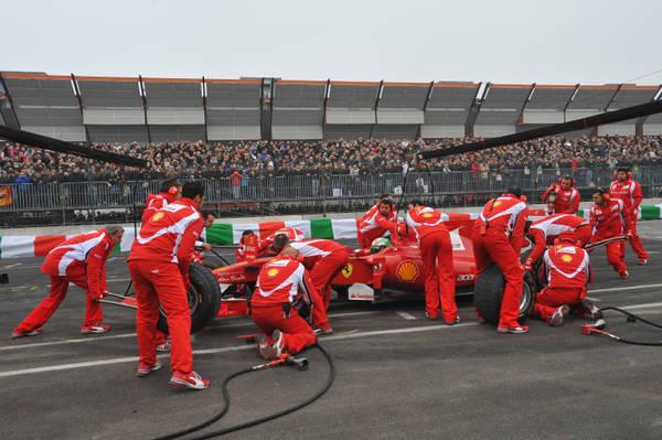 Al Motorshow, la Ferrari di Fisichella simula un pit stop