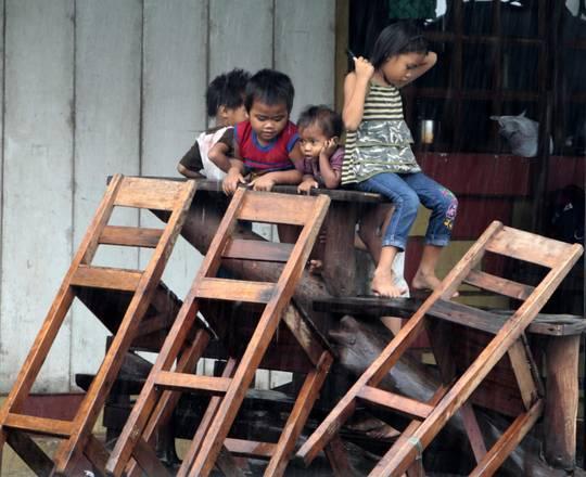 Alluvioni a Manila, per i bimbi ogni cosa e' motivo di gioco