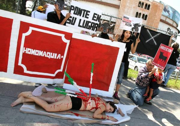 Nudi e in un piatto per i diritti degli animali. A Valencia protesta choc in vista delle 'abbuffate'