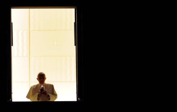 Papa: accende 'Lume della Pace' per inaugurazione presepe