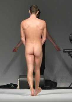 Attore nudo chiude sfilata Frankie Morello