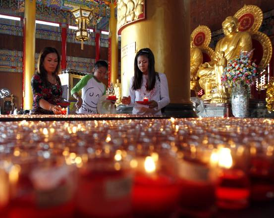 La preghiera di devoti thailandesi per il nuovo anno cinese