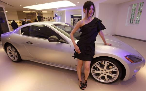Ferrari a Hong Kong: chi guarda l'auto, chi la modella