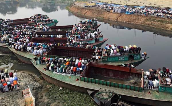Bangladesh: la preghiera del venerdi' sul fiume Turag