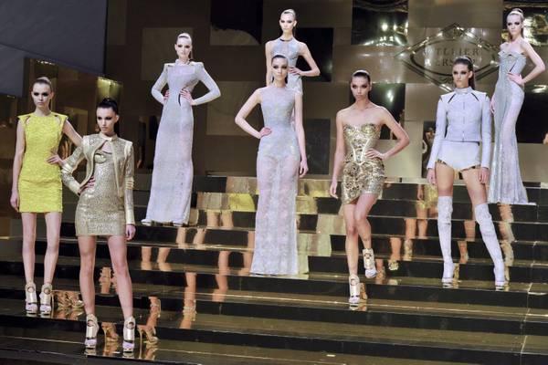 Atelier Versace, atterra a Parigi una cyber-diva