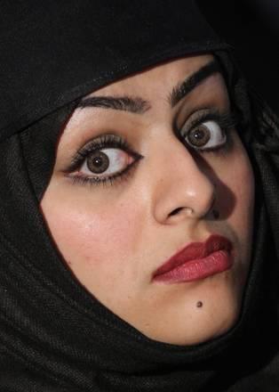 A Kabul, il bel viso di una studentessa afghana